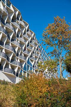Fassade eines sanierten Plattenbaus in Magdeburg von Heiko Kueverling