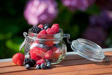 Fruits des bois mélangés dans un bocal en verre sur Ivonne Wierink