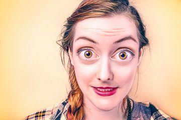 Fröhlich Gesicht einer Frau mit großen Augen von Atelier Liesjes
