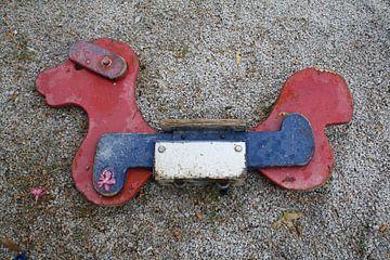 Kapot speeltoestel in speeltuin op Lesbos