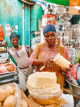 Lokale Ghanese vrouw op de kleurrijke markt van Accra in Ghana van Michiel Dros