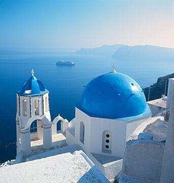 Blauwe koepel, Santorini, Griekenland van Rene van der Meer