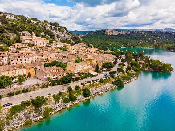 Village historique sur le lac