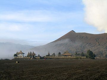 Luhur Poten Temple aan de voet van de Bromo vulkaan van Daan Duvillier