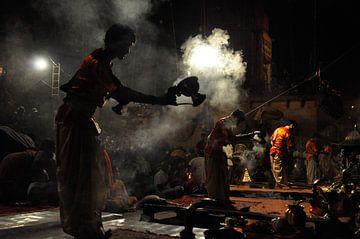 Ritueel (Puja) in Varanasi van Thea Oranje