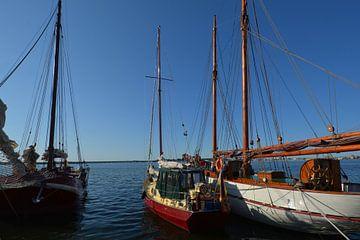 nostalgische Schiffe im Hafen Altefähr von GH Foto & Artdesign