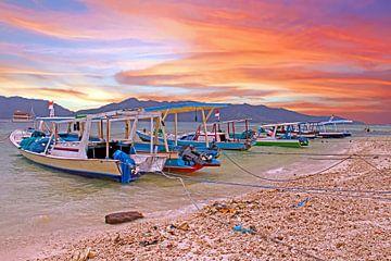 Traditionele boten bij Gili Meno in Indonesie met zonsondergang van Nisangha Masselink