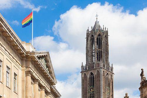 Domtoren en regenboogvlag op stadhuis Utrecht van