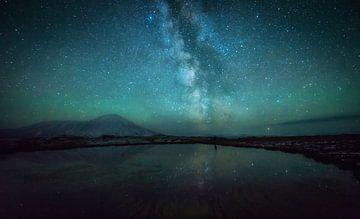 Milchstraße über dem Tolbatschik Vulkan von Tomas van der Weijden