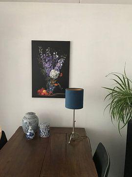 Photo de nos clients: Nature morte hollandaise avec vase bleu de Delft et pied d'alouette sur Saskia Dingemans