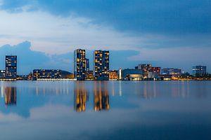 Skyline van Almere tijdens het blauwe uur. van Maikel Dijkhuis