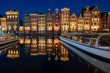 Amsterdamer Häuser am Damrak bei Nacht von Nisangha Masselink