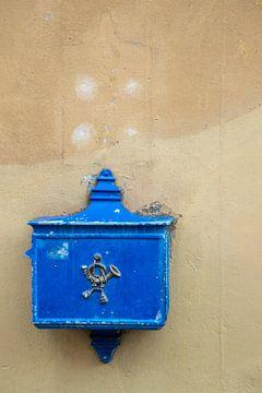 Oude blauwe brievenbus van Jani Moerlands
