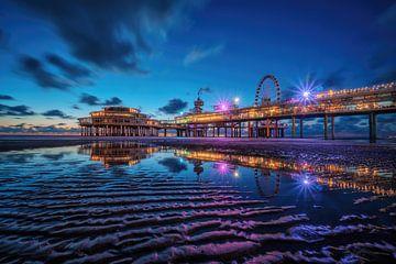 Scheveningse Pier - Blauw uur van Martin Podt