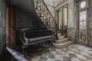 Oude piano in verlaten kasteel van Maikel Brands