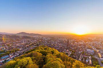 Freiburg im Breisgau bij zonsondergang van Werner Dieterich