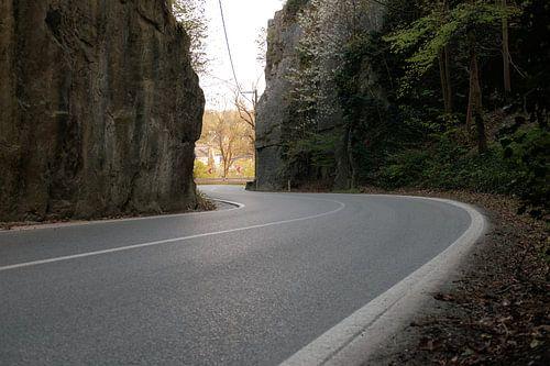 roadtrip over slingerweg tussen rotsen.