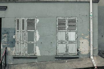 gesloten luiken in Parijs van Huib Vintges
