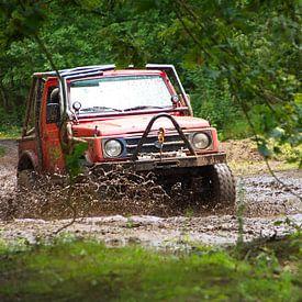 Conduite tout-terrain dans la boue avec une Suzuki Samourai sur tiny brok
