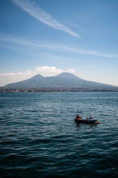 Vulkaan Vesuvius vanaf het water in italie van Eric van Nieuwland