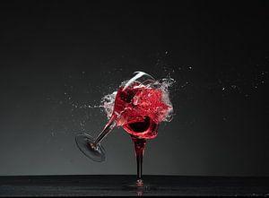Tqee glazen en scherven en rode vloeistof ! van