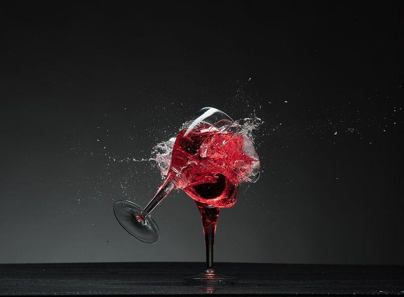 Tqee glazen en scherven en rode vloeistof !