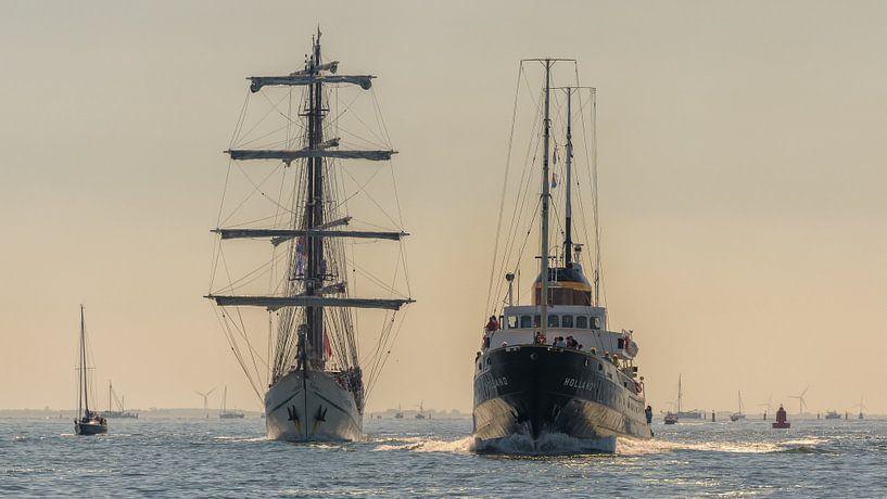 Zeesleepboot Holland passeert driemaster Artemis van Roel Ovinge