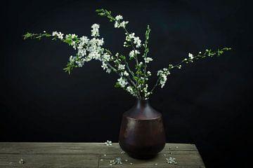 Modernes Stillleben weiße Blüte in einer Vase von Marjolein van Middelkoop