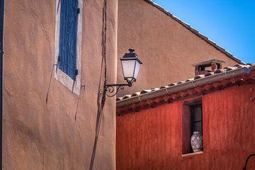 Ockerfarbene Häuser in Roussillon in der Provence von Christian Müringer