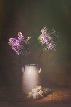 Stilleven met lila seringen en knoflookstreng. van Saskia Dingemans