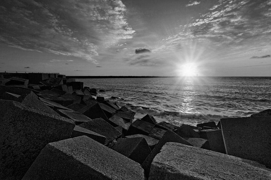 zonsondergang achter het havenhoofd bij de haven van Scheveningen van gaps photography
