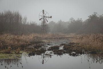 Oude roestige windmolen in winterlandschap van het natuurgebied de Lindevallei van Henk Hulshof