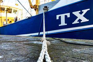 Vissersboot in de haven van Everydayapicture_byGerard  Texel