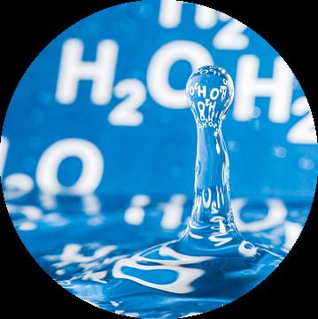 Waterdruppel met blauwe achtergrond met H2O erop van Wijnand Loven