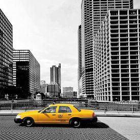 Yellow cab in downtown Chicago, Verenigde Staten. van Ron van der Stappen