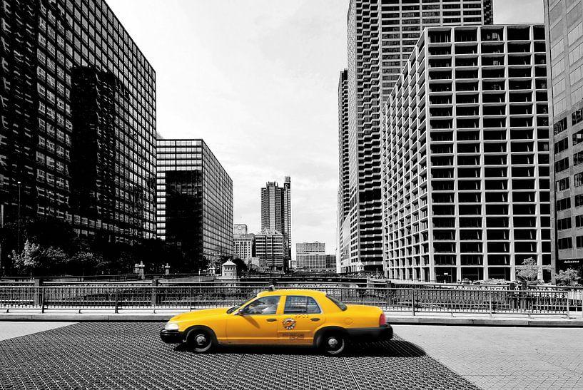 Gelbes Taxi in der Innenstadt von Chicago, Vereinigte Staaten. von Ron van der Stappen