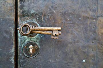 historische deurkruk op de deur van de Petrikirche in Maagdenburg van Heiko Kueverling