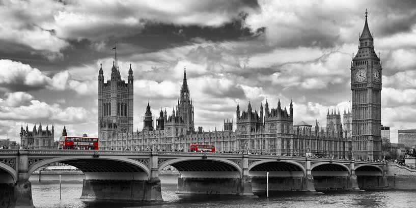 LONDON River Thames & Red Buses on Westminster Bridge van Melanie Viola