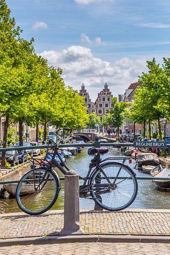 Fiets op de Begijnebruhg in Haarlem, Nederland van