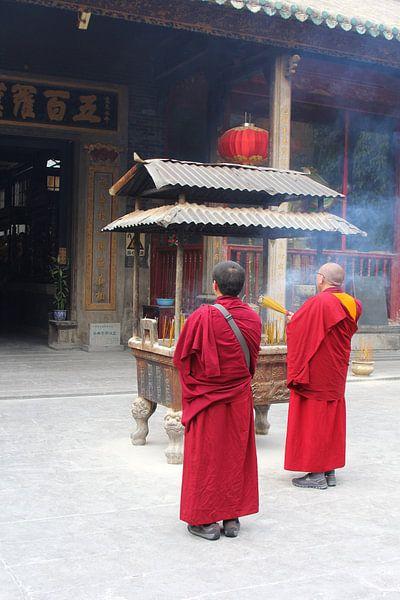 Boeddhistische monniken branden wierook,  China van Inge Hogenbijl