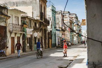 Eine authentische Straße im alten Havanna, Kuba von Glenn Westenberg
