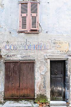 Franse gevel met oude deuren en oud raam van Anouschka Hendriks