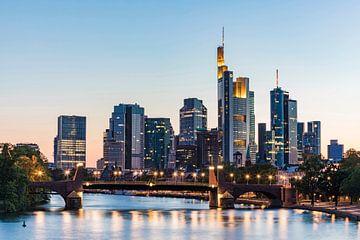 Bankenviertel in Frankfurt am Main am Abend von Werner Dieterich