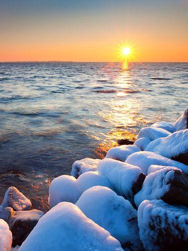 Zonsopkomst of Zonsopgang, Hollands winterlandschap, landschap, Grevelingenmeer, Zeeland, Nederland van Frank Peters