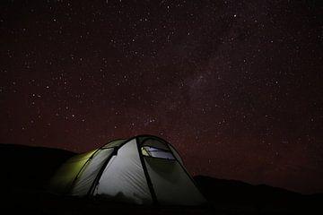 Camping in trostloser Wüste mit wunderschönem Sternenhimmel, Milchstraße, Chile von A. Hendriks