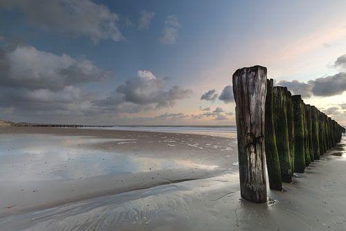 Pastelkleurige zonsondergang aan zee.  van Jacqueline de Groot