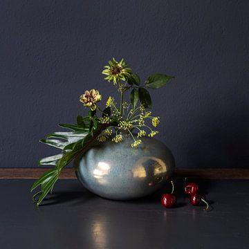Stilleben mit grünen Rosen, Dill und roten Kirschen [Quadrat] von Affect Fotografie