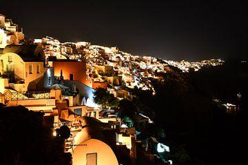 Nacht boven Oia op Santorini van Robert Styppa