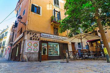 Uitzicht op traditionele bakkerij en banketbakkerij in de oude stad van Palma de Majorca van Alex Winter