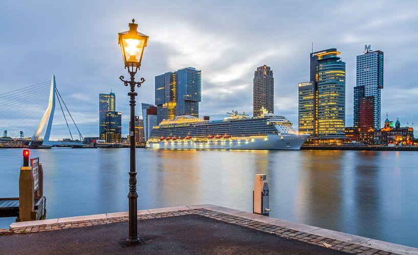 De skyline van Rotterdam met cruiseschip Royal Princess van MS Fotografie   Marc van der Stelt